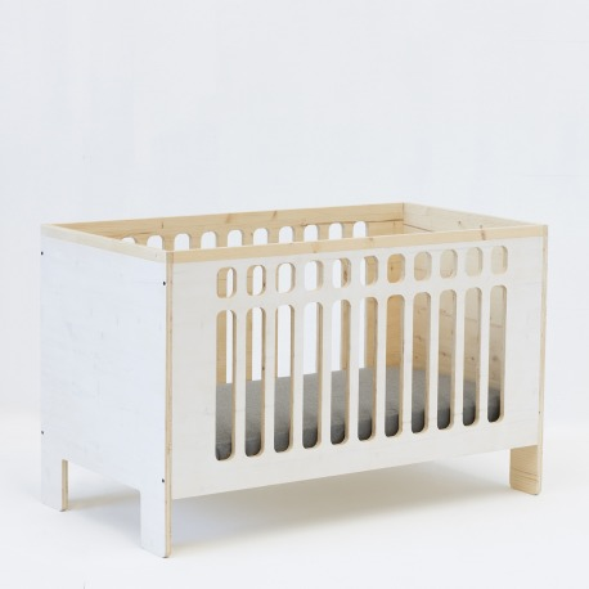 Cuna para bebé Jo blanca realizada en madera de abeto. Mobiliario bebé